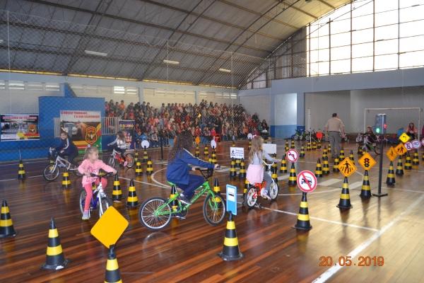 Escolinha de Trânsito instruiu e divertiu a criançada no Ginásio Municipal