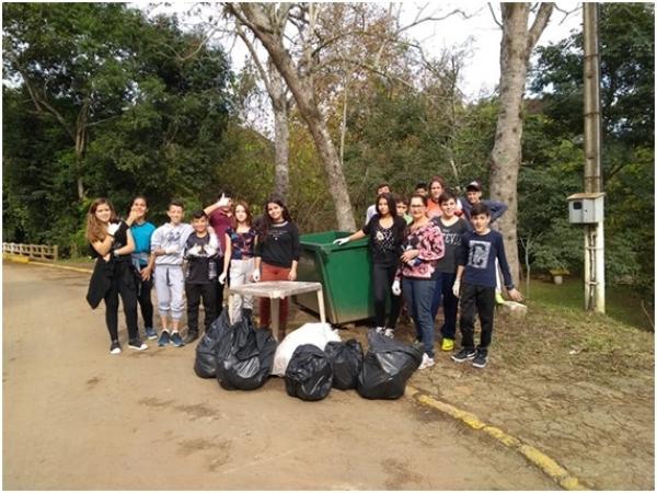 Alunos participam de atividade sobre o Meio Ambiente no Balneário Municipal