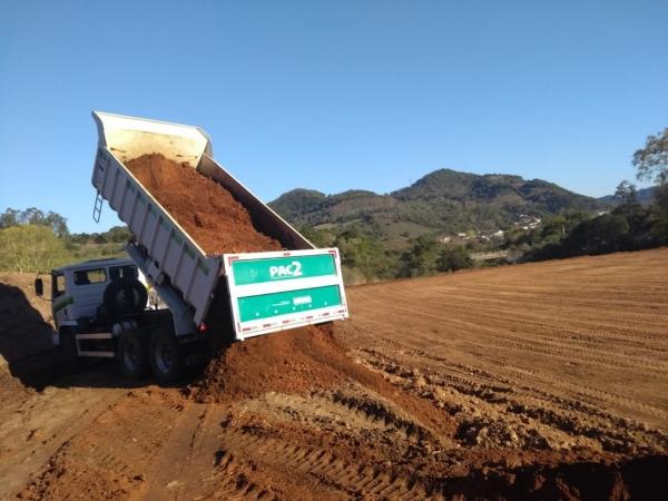 Mais obras na campeira do CTG e colocação de bueiros na Linha dos Cocco