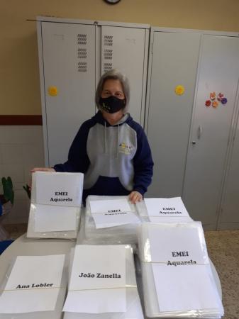 Secretaria de Educação adquire pastas plásticas para auxílio no envio das atividades escolares