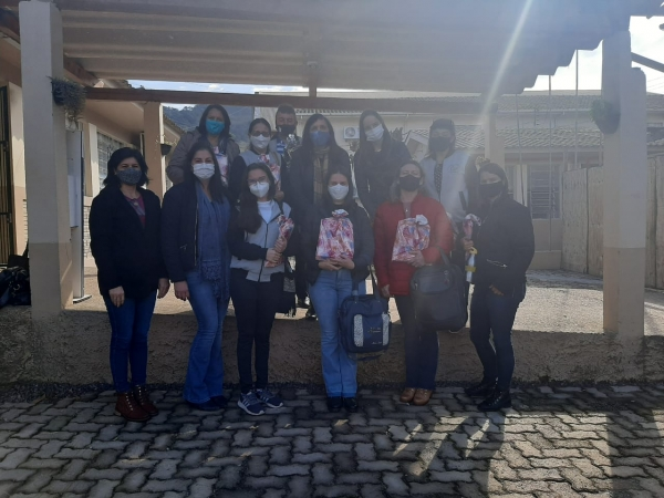 Professores da Cândida Zasso recebem kits escolares