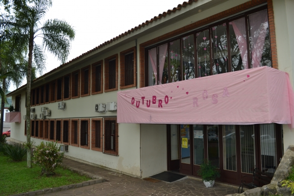 Prefeitura decorada em referência ao Outubro Rosa
