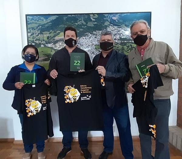 Gerente do Sicredi presenteia Prefeito com camiseta do PUFV